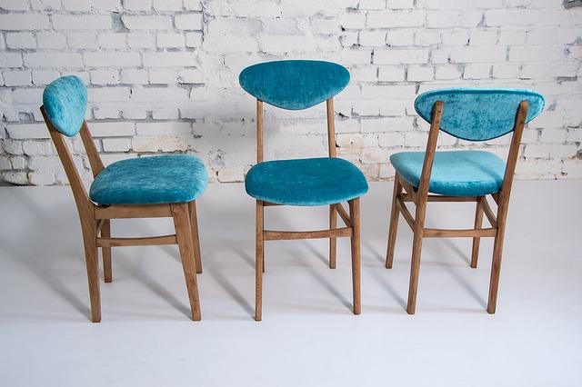 tři židle u zdi.jpg