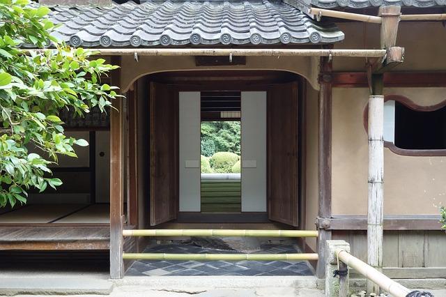 dveře budovy