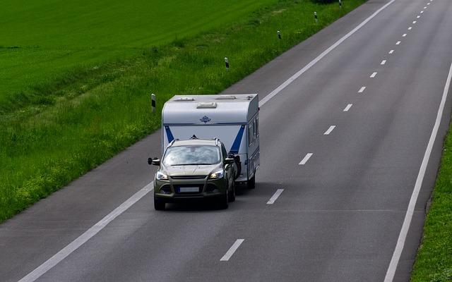 vůz s karavanem