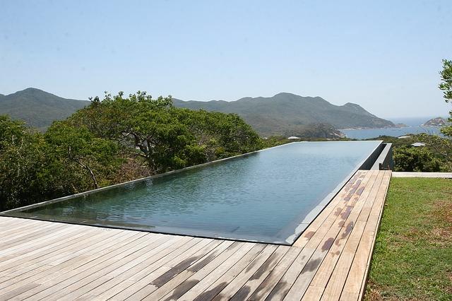 dřevěná podlaha u bazénu
